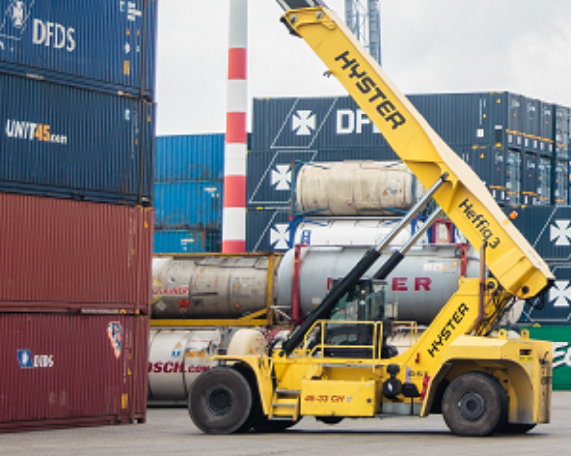 Conical bearing application example: Hyster-Yale crane loading cargo